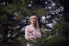 Όμορφος νέος ξανθός περίπατος γυναικών στο πάρκο Στοκ εικόνες με δικαίωμα ελεύθερης χρήσης