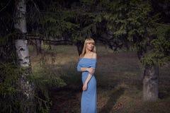 Όμορφος νέος ξανθός περίπατος γυναικών στο πάρκο Στοκ Εικόνες