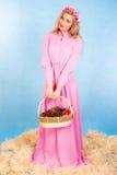 Όμορφος νέος ξανθός σε ένα μακρύ ρόδινο φόρεμα που μένει σε έναν σανό Στοκ φωτογραφία με δικαίωμα ελεύθερης χρήσης