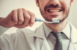 Όμορφος νέος οδοντίατρος Στοκ Φωτογραφία