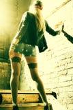 Όμορφος νέος προκλητικός χίπης γυναικών Πορτρέτο ενός φρέσκου όμορφου νεαρού δικυκλιστή μόδας στοκ εικόνα