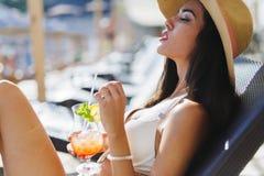 Όμορφος νέος πρότυπος αισθησιακός πίνοντας Στοκ Εικόνες