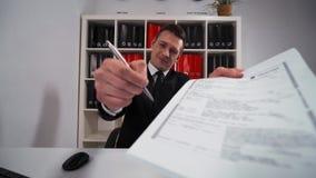 Όμορφος νέος πωλητής που προσκαλεί σας για να υπογράψει μια μίσθωση ή μια συμφωνία υπηρεσιών απόθεμα βίντεο