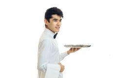 Όμορφος νέος σερβιτόρος που κρατά κενά τρόφιμα δίσκων Στοκ εικόνα με δικαίωμα ελεύθερης χρήσης