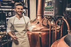 Όμορφος νέος σερβιτόρος Στοκ φωτογραφίες με δικαίωμα ελεύθερης χρήσης