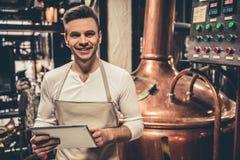 Όμορφος νέος σερβιτόρος Στοκ Εικόνες