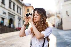 Όμορφος νέος τουρίστας με τη κάμερα στην παλαιά πόλη Στοκ Εικόνες