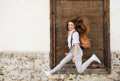 Όμορφος νέος τουρίστας στην παλαιά πόλη Στοκ εικόνα με δικαίωμα ελεύθερης χρήσης