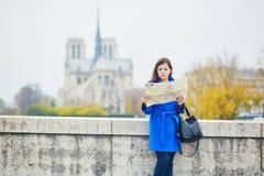 Όμορφος νέος τουρίστας στο Παρίσι μια ημέρα πτώσης Στοκ εικόνα με δικαίωμα ελεύθερης χρήσης