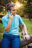 Όμορφος νέος τύπος που μιλά στο τηλέφωνο Στοκ εικόνες με δικαίωμα ελεύθερης χρήσης