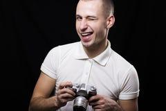 Όμορφος νέος φωτογράφος με την παλαιά κάμερα στα χέρια Στοκ Εικόνες
