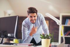 Όμορφος νέος χαμογελώντας επιχειρηματίας που εργάζεται με τα έγγραφα Στοκ φωτογραφίες με δικαίωμα ελεύθερης χρήσης