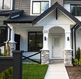 Όμορφος νέος contempory προαστιακός που συνδέεται townhomes σε μια καναδική γειτονιά στοκ εικόνες