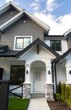 Όμορφος νέος contempory προαστιακός που συνδέεται townhomes σε μια καναδική γειτονιά στοκ φωτογραφία με δικαίωμα ελεύθερης χρήσης