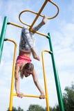 Όμορφος νέος gymnast που επιλύει υπαίθρια Στοκ φωτογραφία με δικαίωμα ελεύθερης χρήσης