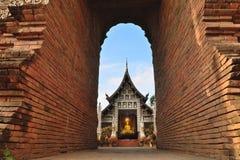 όμορφος ναός Ταϊλάνδη Κοίταγμα κάτω από το τουβλότοιχο Architech Στοκ εικόνα με δικαίωμα ελεύθερης χρήσης