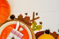 Όμορφος να δειπνήσει πίνακας που θέτει για το θέμα ημέρας των ευχαριστιών και την όμορφη κάρτα πτώσης στα άσπρα και πορτοκαλιά χρ στοκ φωτογραφίες