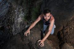 Όμορφος νεαρός άνδρας κοντά στη θάλασσα στους βράχους στην Τουρκία Στοκ Εικόνες