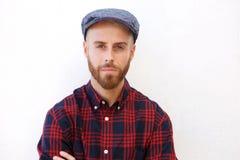 Όμορφος νεαρός άνδρας με το καπέλο στο απομονωμένο άσπρο κλίμα Στοκ εικόνα με δικαίωμα ελεύθερης χρήσης