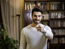 Όμορφος νεαρός άνδρας που δείχνει το δάχτυλο σε σας, χαμόγελο Στοκ φωτογραφία με δικαίωμα ελεύθερης χρήσης