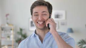 Όμορφος νεαρός άνδρας που μιλά στο τηλέφωνο φιλμ μικρού μήκους
