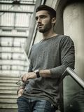 Όμορφος νεαρός άνδρας που περπατά στο κλιμακοστάσιο Στοκ Φωτογραφίες