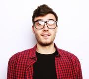 Όμορφος νεαρός άνδρας που φορά τα γυαλιά Στοκ Εικόνα