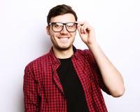 Όμορφος νεαρός άνδρας που φορά τα γυαλιά Στοκ φωτογραφίες με δικαίωμα ελεύθερης χρήσης