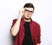 Όμορφος νεαρός άνδρας που φορά τα γυαλιά Στοκ φωτογραφία με δικαίωμα ελεύθερης χρήσης