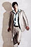 Όμορφος νεαρός άνδρας σε ένα κοστούμι Στοκ Φωτογραφία