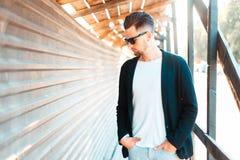 Όμορφος νεαρός άνδρας στα επιχειρησιακά ενδύματα στα γυαλιά ηλίου στοκ φωτογραφία