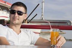 Όμορφος νεαρός άνδρας στη βάρκα Στοκ φωτογραφίες με δικαίωμα ελεύθερης χρήσης