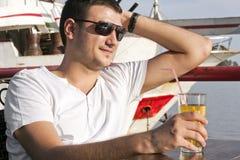 Όμορφος νεαρός άνδρας στη βάρκα Στοκ Εικόνα
