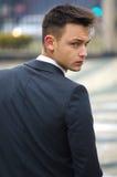 Όμορφος νεαρός άνδρας στο κοστούμι, πίσω όψη στοκ εικόνα