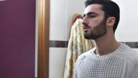 Όμορφος νεαρός άνδρας στο λουτρό, ψεκάζοντας Κολωνία απόθεμα βίντεο