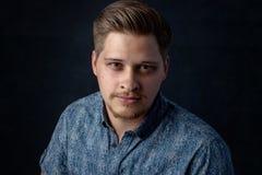 Όμορφος νεαρός άνδρας στο μπλε Στοκ Φωτογραφίες
