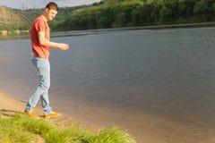 Όμορφος νεαρός άνδρας εκτός από μια ήρεμη λίμνη Στοκ εικόνα με δικαίωμα ελεύθερης χρήσης