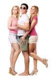Όμορφος νεαρός άνδρας και δύο ευτυχή κορίτσια στοκ φωτογραφίες με δικαίωμα ελεύθερης χρήσης