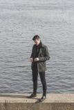Όμορφος νεαρός άνδρας με τα γυαλιά ηλίου στα χέρια Στοκ Εικόνες
