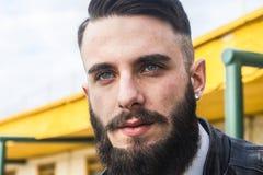Όμορφος νεαρός άνδρας με τα μπλε μάτια Στοκ Εικόνες