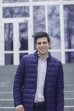 Όμορφος νεαρός άνδρας με την ορισμένη τρίχα Το άτομο είναι στα βήματα Στοκ Φωτογραφία