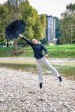 Όμορφος νεαρός άνδρας με τη μύγα ομπρελών στο μέλλον Στοκ φωτογραφία με δικαίωμα ελεύθερης χρήσης