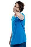 Όμορφος νεαρός άνδρας που δείχνει προς τη κάμερα Στοκ φωτογραφία με δικαίωμα ελεύθερης χρήσης