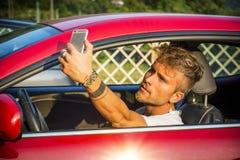 Όμορφος νεαρός άνδρας που μιλά Selfie μέσα σε ένα αυτοκίνητο Στοκ Φωτογραφία