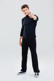 0 όμορφος νεαρός άνδρας που στέκεται και που δείχνει σε σας Στοκ φωτογραφία με δικαίωμα ελεύθερης χρήσης