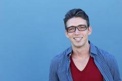 Όμορφος νεαρός άνδρας που φορά τα γυαλιά που χαμογελούν και που γελούν με το διάστημα αντιγράφων Στοκ φωτογραφία με δικαίωμα ελεύθερης χρήσης