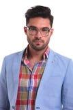 Όμορφος νεαρός άνδρας που φορά τα γυαλιά Στοκ Εικόνες
