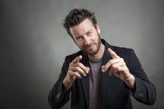 Όμορφος νεαρός άνδρας που φορά το γκρίζο κοστούμι Στοκ φωτογραφίες με δικαίωμα ελεύθερης χρήσης