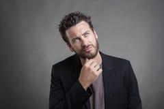 Όμορφος νεαρός άνδρας που φορά το γκρίζο κοστούμι στοκ εικόνες με δικαίωμα ελεύθερης χρήσης