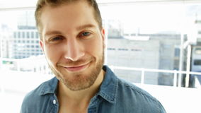 Όμορφος νεαρός άνδρας που χαμογελά στη κάμερα απόθεμα βίντεο